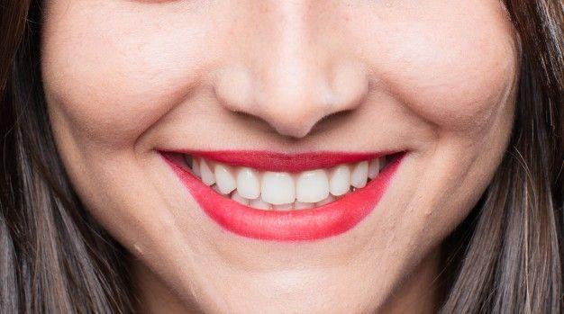 Blanqueamientos dentales en Montemayor chica-joven-y-fresca-sonriente_1194-9149