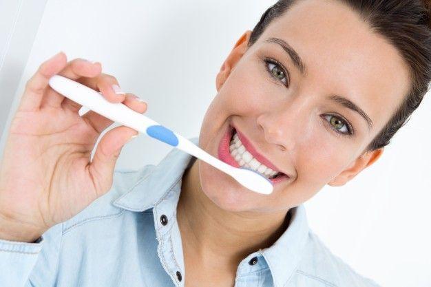 Blanqueamientos dentales en Aguilar de la Frontera jovencito-escoger-sus-dientes_1301-6974