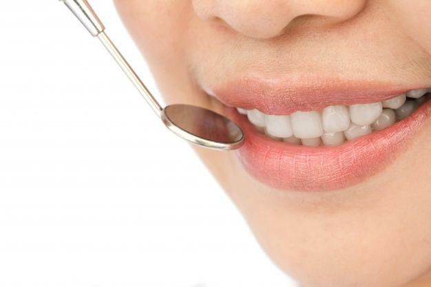Periodoncia en La Rambla primer-plano-de-mujer-en-un-chequeo-dental_1232-217